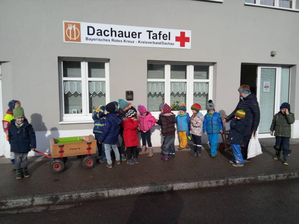 Die Vorschulkinder in der Brunngartenstraße Dachau vor der Dachauer Tafel